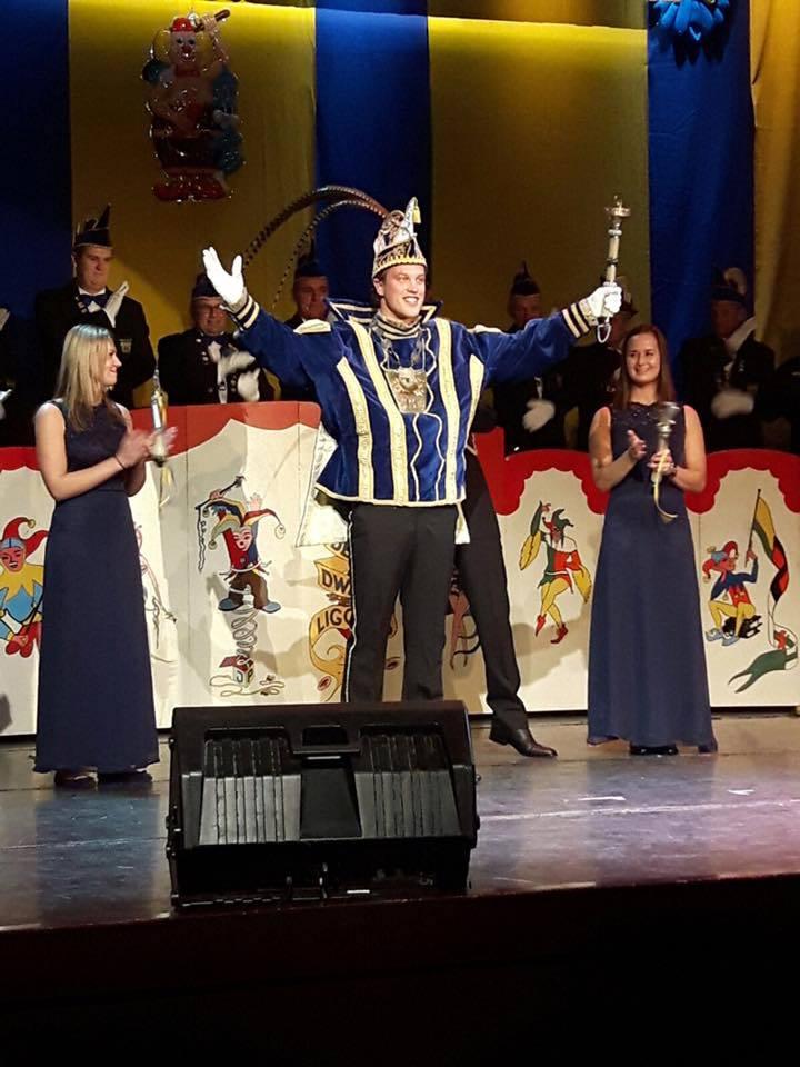 Prins Luc d'n 1e zwaait met de scepter